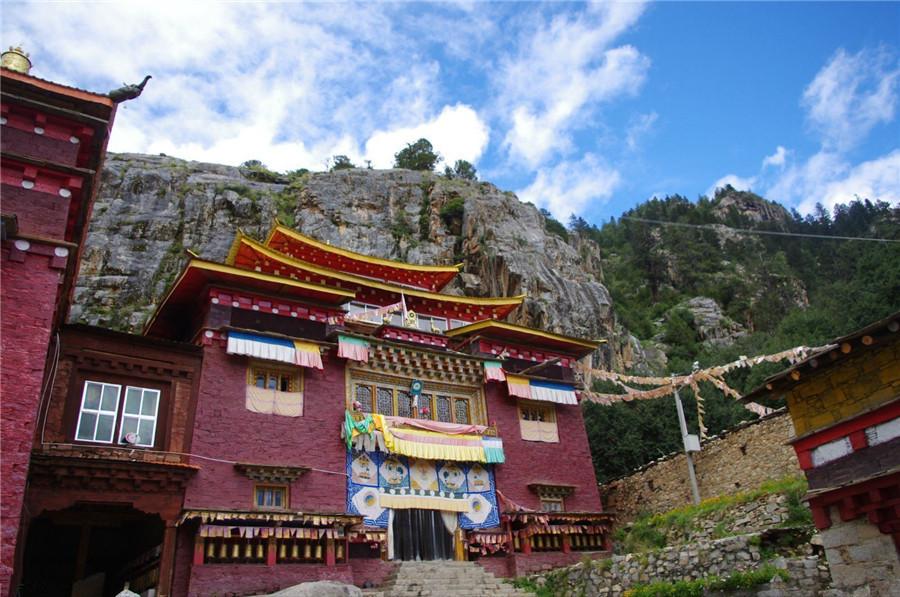Bangpu Monastery in Daocheng County, Garze