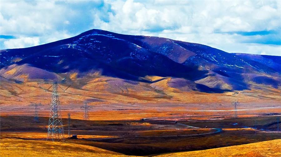 Fenghuo Mountain Pass in Zhidoi County, Yushu