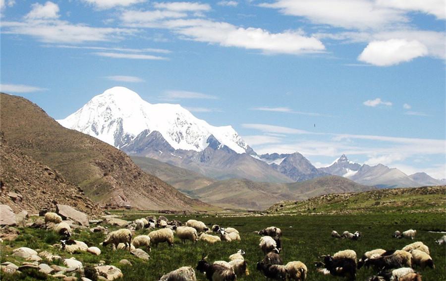 Qiongmu Gangri Peak in Nyemo County, Lhasa