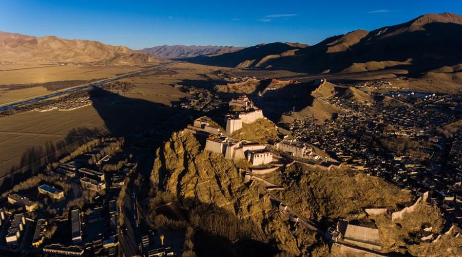 Zongshan Hill in Gyangzê County, Shigatse